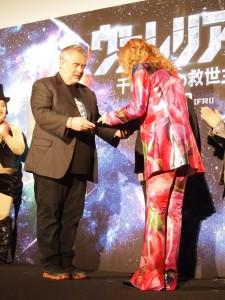監督からお礼として「星のネーミングライツ(星に名前をつける権利)」を受け取る高見沢俊彦
