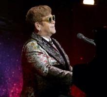 【イタすぎるセレブ達】エルトン・ジョン、14歳愛犬の死にステージで歌を捧げる