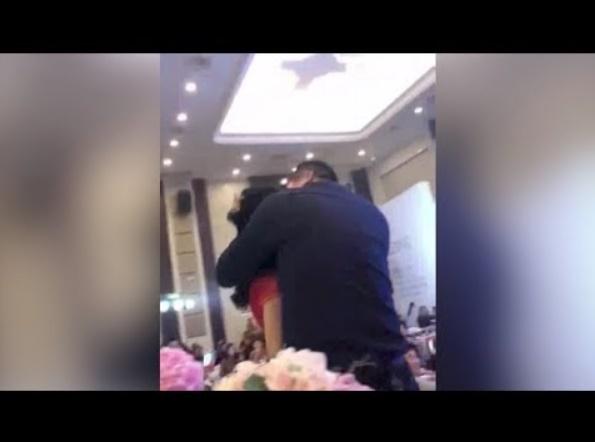 花婿の父親が花嫁に抱きつき無理やりキス(画像は『CGTN 2018年2月27日公開 YouTube「Father plants kiss on son's bride in front of wedding guests」』のサムネイル)