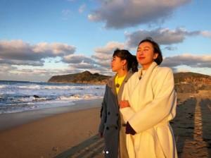 福岡・糸島の海を眺める村上佳菜子と浅田舞(画像は『【公式】ちょっと福岡行ってきました! 2018年3月2日付Instagram「明日放送のオフショットをチラ見せ」』のスクリーンショット)