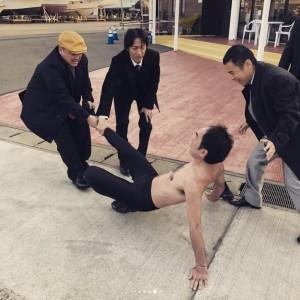 岡村も嬉しそう(画像は『濱口優 2018年3月13日付Instagram「#めちゃイケ #収録中 に #パシャリ」』のスクリーンショット)