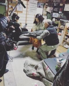 「ワニちゃん」を抱える橋本マナミ(画像は『橋本マナミ 2018年3月13日付Instagram「本物です。こたつに入っててかわいい」』のスクリーンショット)