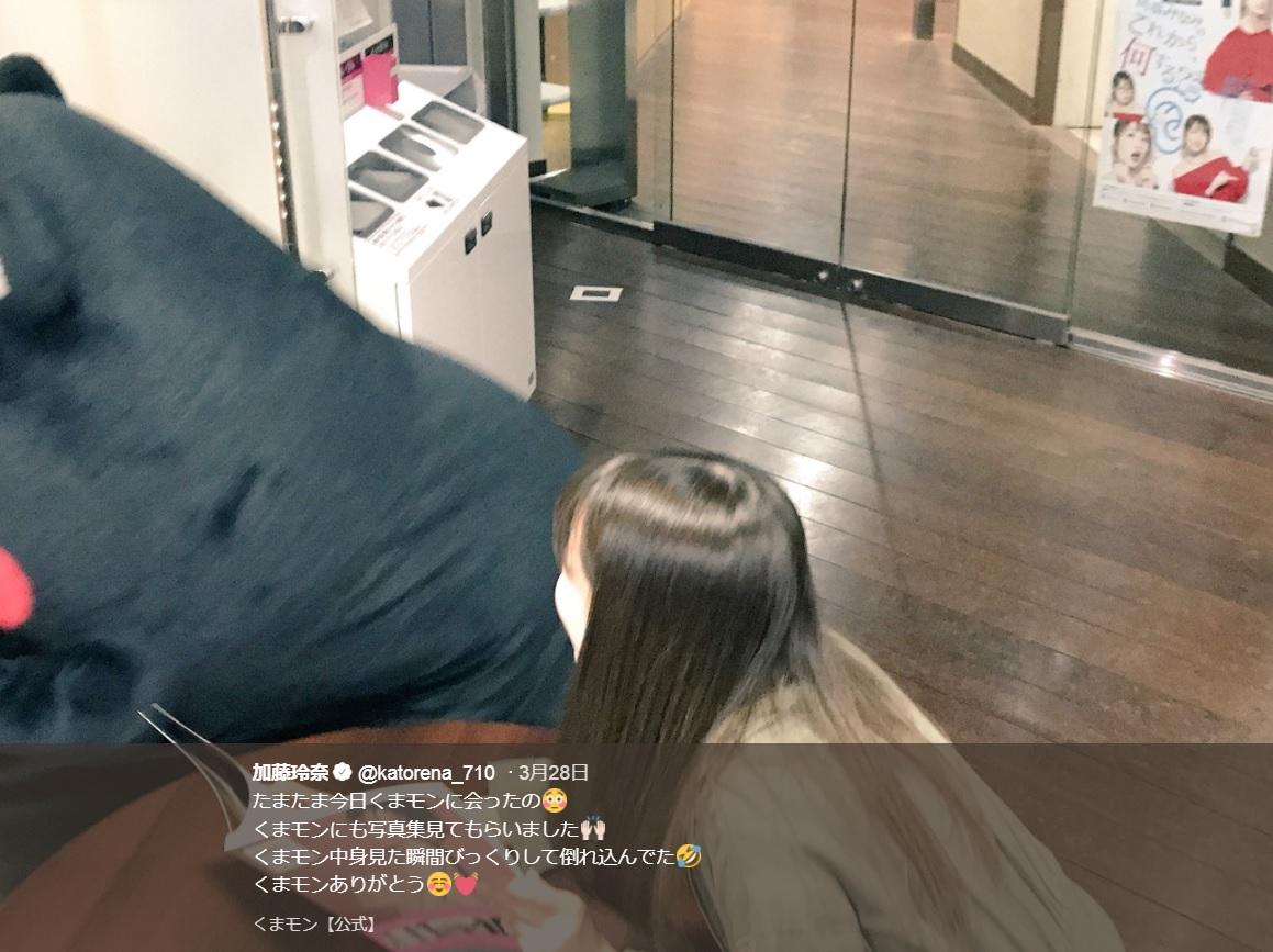 くまモン、写真集の中身に驚き倒れ込む(画像は『加藤玲奈 2018年3月28日付Twitter「たまたま今日くまモンに会ったの」』のスクリーンショット)