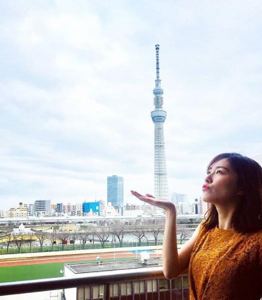 スカイツリーにキスしようとする松井珠理奈(画像は『松井珠理奈 2018年3月7日付Instagram「20歳最後は、素敵な場所で撮影でした」』のスクリーンショット)