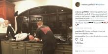 【イタすぎるセレブ達】メラニー・グリフィス、深夜に自宅キッチンでヘアカラー 60歳にしてこのポーズ
