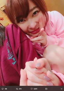 酔うと手を握って離さない指原莉乃(画像は『田島芽瑠 2018年3月4日付Twitter「今日は #さっしーの日」』のスクリーンショット)