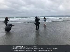悪天候のなか撮影する、みちょぱとカメラマンたち(画像は『みちょぱ(池田美優) 2018年3月20日付Twitter「大変なのはモデルだけじゃなくカメラマンさん達もなんです」』のスクリーンショット)