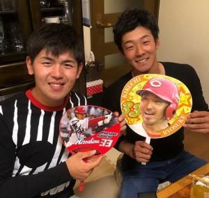 普段は中田選手の話を聞かない石井選手と清水選手も菊池選手の話は真面目に聞いていたという(画像は『Sho Nakata6 2018年3月13日付Instagram「2人とも真剣にキクの話聞いてた。。。」』のスクリーンショット)