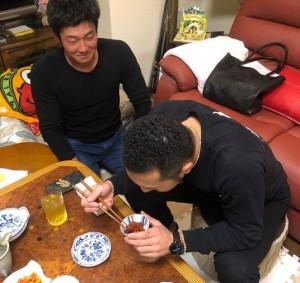 パンチパーマが際立つ菊池選手の横で石井選手は正座(画像は『Sho Nakata6 2018年3月13日付Instagram「2人とも真剣にキクの話聞いてた。。。」』のスクリーンショット)