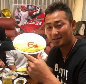 背番号入りのオムライスを持つ中田選手(画像は『Sho Nakata6 2018年3月13日付Instagram「皆さんお疲れ様です!!今日は、この人達と食事しました!」』のスクリーンショット)