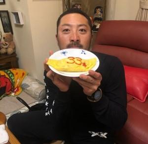 オムライスを持つ菊池選手(画像は『Sho Nakata6 2018年3月13日付Instagram「皆さんお疲れ様です!!今日は、この人達と食事しました!」』のスクリーンショット)