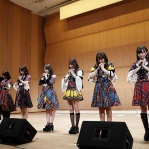 黙とうするAKB48グループ(画像は『渋谷凪咲 2018年3月4日付Instagram「#福島県南相馬市 のみなさん、ありがとうございました」』のスクリーンショット)