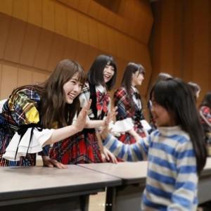 女の子とハイタッチする渋谷凪咲(画像は『渋谷凪咲 2018年3月4日付Instagram「#福島県南相馬市 のみなさん、ありがとうございました」』のスクリーンショット)