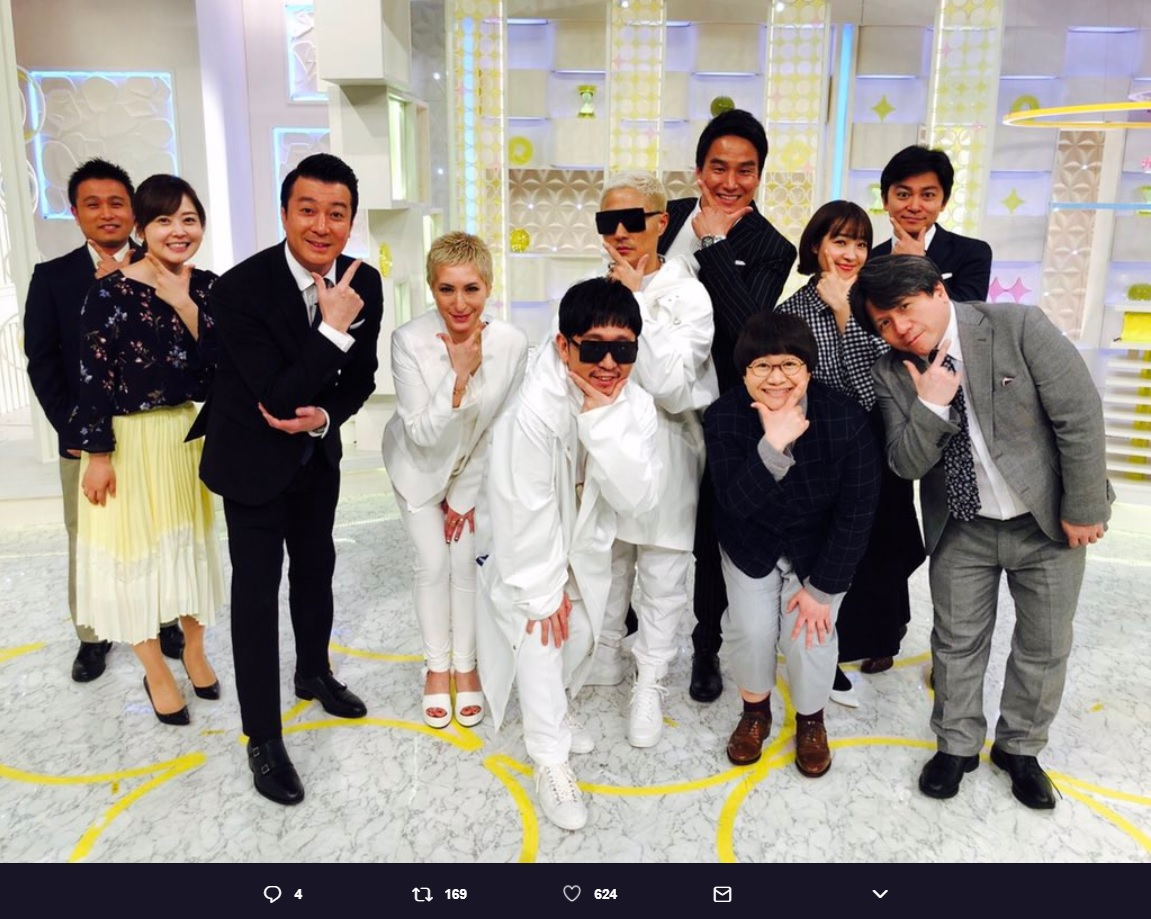 m-floを囲む『スッキリ』メンバー(画像は『日本テレビ スッキリ 2018年3月7日付Twitter「m-flo is Baaaaaaaack!!!!!!!!!!!」』のスクリーンショット)