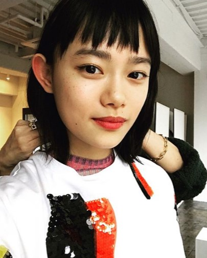 オン眉ヘアも(画像は『杉咲花 2018年3月12日付Instagram「本日発売の雑誌「GINZA」にて。」』のスクリーンショット)