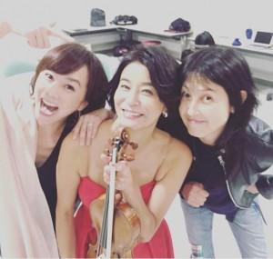 木佐彩子、高嶋ちさ子、岸谷香(画像は『Chisako Takashima 2017年5月23日付Instagram「ツアー最終日。悪友が楽屋に来た」』のスクリーンショット)