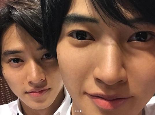 「似すぎてて怖い」の声も(画像は『山崎賢人 2018年3月19日付Instagram「俺がふたり。」』のスクリーンショット)