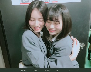 ハグする松井珠理奈と小畑優奈(画像は『小畑優奈 2018年3月13日付Twitter「#うたコン ありがとうございました!!」』のスクリーンショット)