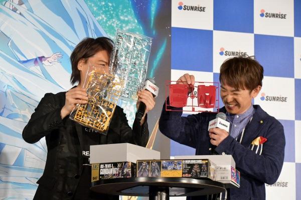 お気に入りのガンダムプラモデルを手に嬉しそうな浪川大輔と濱口優