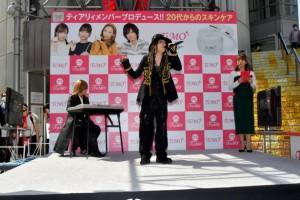 """L'Arc~en~Ciel・hydeのものまねをした青木隆治とX JAPAN・YOSHIKIに扮した""""ものまねファンタジスタ""""のざわちんの豪華コラボ"""