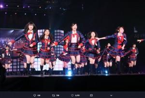 『サカエファン入学式』のステージ(画像は『松井珠理奈(ハリウッドJURINA) 2018年4月1日付Twitter「昨日の楽しさが伝わる写真」』のスクリーンショット)
