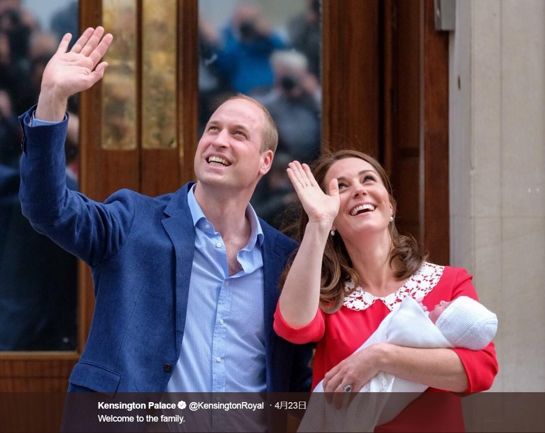 23日に誕生した王子をお披露目をするウィリアム王子&キャサリン妃(画像は『Kensington Palace 2018年4月23日付Twitter「Welcome to the family.」』のスクリーンショット)