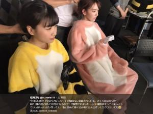 ハンディ扇風機で涼む松岡はなと宮脇咲良(画像は『松岡はな 2018年4月26日付Twitter「今日の公演で「早送りカレンダー」のtype Cに収録されている、さくらはなみくのMV「僕の想いがいつか虹になるまで」が解禁されました~」』のスクリーンショット)