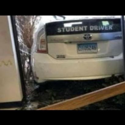 【海外発!Breaking News】教習車がバックに失敗 運転免許取得センター事務所に突っ込む(米)<動画あり>