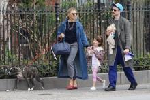 【イタすぎるセレブ達】シエナ・ミラー&トム・スターリッジ 娘も一緒のほのぼの散歩姿を激写