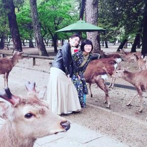 笑顔でポーズをとる2人(画像は『雛形あきこ 2018年4月18日付Instagram「鹿に絡まれる川村さん、そしてどれだけ怖かったかを説明する川村さん。」』のスクリーンショット)