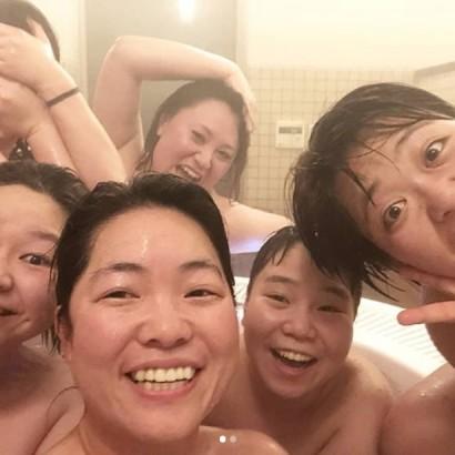 【エンタがビタミン♪】バービー「ワタナベ女子会」お風呂場での集合写真を公開 顔を隠しているのは誰?