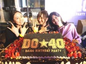 大きなバースデーケーキの前で(画像は『小松彩夏 2018年4月23日付Instagram「DAIGOさんの誕生日パーティー『DG★40』に戦士のみんなと参加して来ました★」』のスクリーンショット)