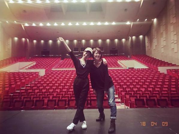 前田敦子と演出助手・長町さん(画像は『前田敦子 2018年4月9日付Instagram「稽古中真っ暗闇を歩いてる私に光をくれた演出助手の長町さん!愛してるー」』のスクリーンショット)