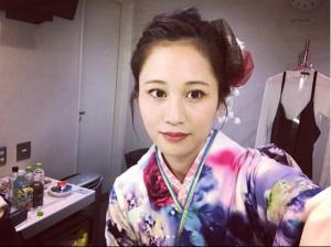 控室で着物姿を自撮りする前田敦子(画像は『前田敦子 2017年4月2日付Instagram「本日の衣装は、、」』のスクリーンショット)