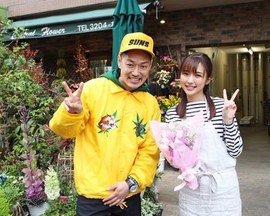 寿君と真野恵里菜(画像は『Erina Mano 2018年4月10日付Instagram「明日リリースされる寿君のメジャーデビュー曲「一人じゃない」のMVに出演させていただきました!!」』のスクリーンショット)