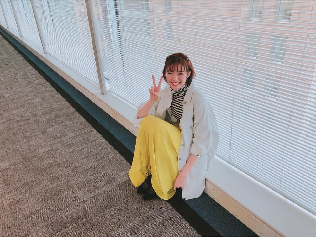 小峠英二らとロケを行った佐藤栞里(画像は『佐藤栞里 2018年4月19日付Instagram「通りますっ #水曜ヒルナンデス #昨日はAmazonさんの倉庫にお邪魔したロケが放送されました」』のスクリーンショット)