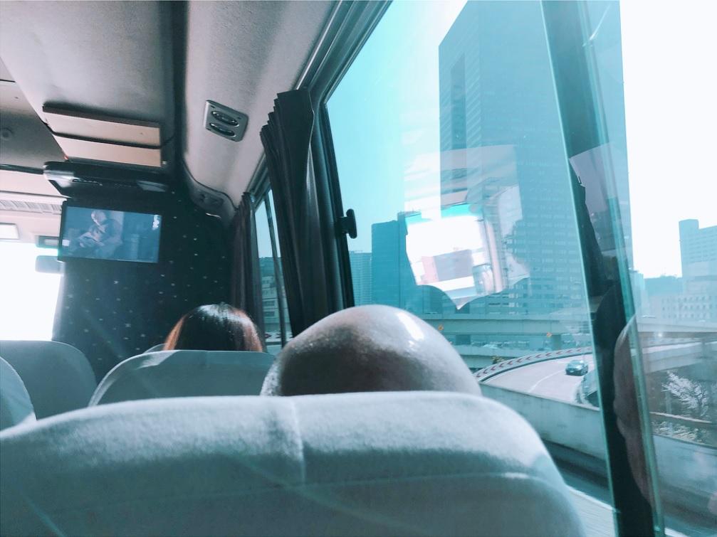 「#神々しい小峠さんのおあたま」(画像は『佐藤栞里 2018年4月19日付Instagram「通りますっ #水曜ヒルナンデス #昨日はAmazonさんの倉庫にお邪魔したロケが放送されました」』のスクリーンショット)