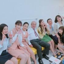 【エンタがビタミン♪】志村けん&ダチョウ上島が「いい笑顔」 若い女性に囲まれて至福の時