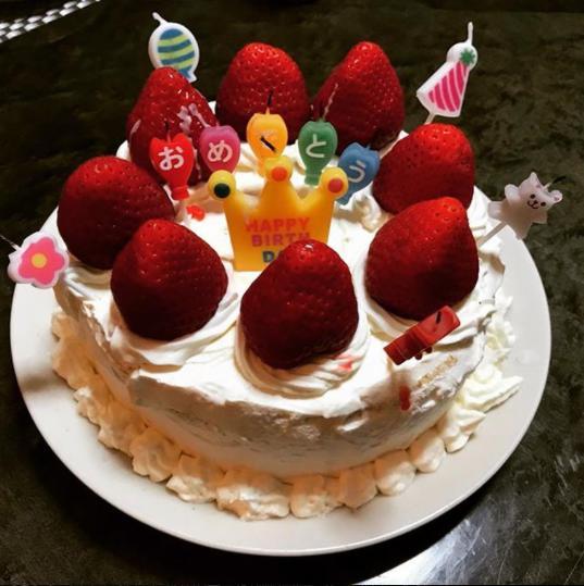 品川祐の娘が作ったバースデーケーキ(画像は『品川祐 2018年4月30日付Instagram「娘の手作り。スゲえ成長してんなぁ~」』のスクリーンショット)