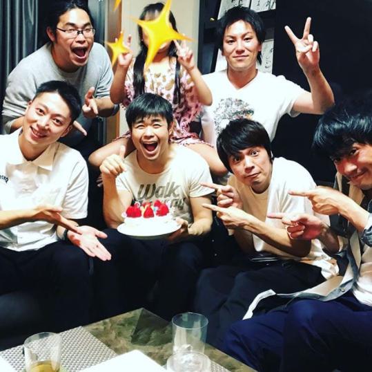 品川祐の誕生日パーティーに集まった後輩芸人たち(画像は『品川祐 2018年4月30日付Instagram「「パパの誕生日パーティーを家でやりたい。うちに人を呼んでほしい」と娘に頼まれて」』のスクリーンショット)