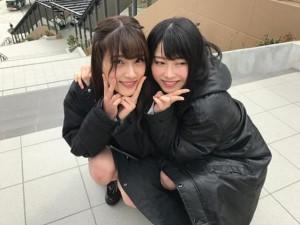 入山杏奈と横山由依(画像は『横山由依 2018年4月5日付Instagram「あんちゃんとこうして一緒に撮影するのも、寒いねーって言うのも1年後までお預け。」』のスクリーンショット)