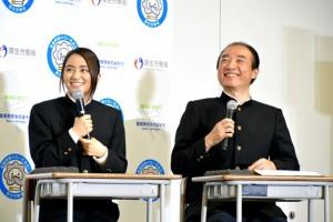 受動喫煙に関するクイズに挑戦する岡田結実 厚生労働省健康課長・正林督章氏と