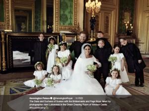 ページボーイ&ブライズメイドたちと一緒に(画像は『Kensington Palace 2018年5月21日付Twitter「The Duke and Duchess of Sussex with the Bridesmaids and Page Boys, taken by photographer Alexi Lubomirski in the Green Drawing Room of Windsor Castle.」』のスクリーンショット)