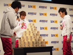 10億円の札束の山を見つめる稲垣吾郎、香取慎吾、草なぎ剛
