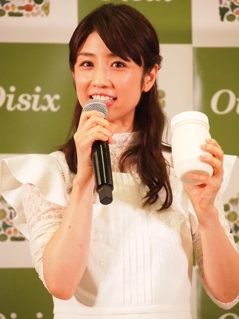 容器を振って手作りバターを作る小倉優子