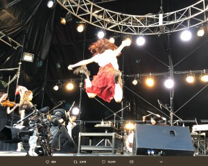 ステージでジャンプする山本彩(画像は『山本彩 2018年5月27日付Twitter「メトロック東京 ありがとうございました!!!!」』のスクリーンショット)