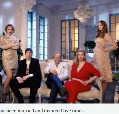 【海外発!Breaking News】2,000人の美女がズラリ! 大富豪の息子と娘が父の再婚相手を審査(露)
