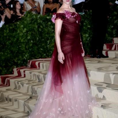 【イタすぎるセレブ達】スカーレット・ヨハンソン、METガラでの「マルケッサ」のドレスが注目を集めた理由