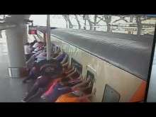 【海外発!Breaking News】駆け込み乗車の女性、ホームと列車の間に挟まれ死亡(台湾)<動画あり>