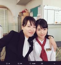 【エンタがビタミン♪】戸田恵梨香に肩を抱かれ緊張気味な浜辺美波 プライベートでは「修学旅行中」
